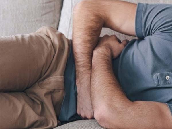 Đau bụng dưới rốn kèm đau lưng là bệnh gì và cách điều trị với ghế massage