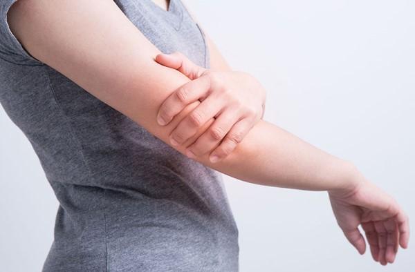 Đau nhức cánh tay phải là triệu chứng của bệnh gì và cách điều trị