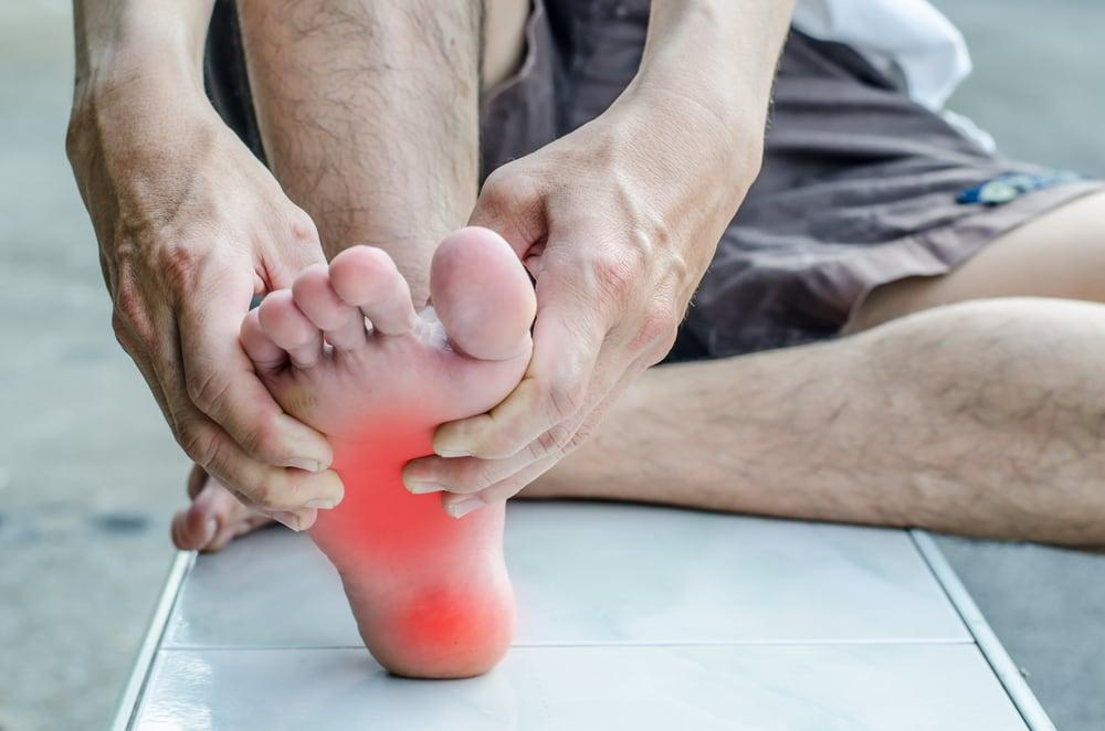 Đau nhức lòng bàn chân do đâu và cách điều trị?