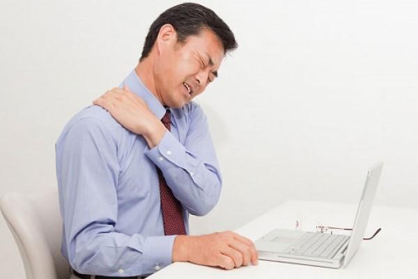 Bệnh đau bả vai và cánh tay bắt nguồn từ đâu và cách điều trị như thế nào?