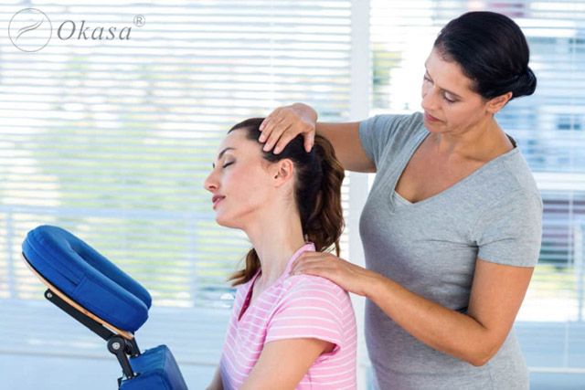 Cách massage cổ trong tư thế ngồi