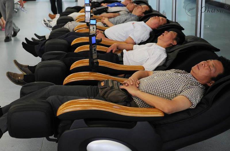 Dùng ghế massage toàn thân trị đau thắt lưng