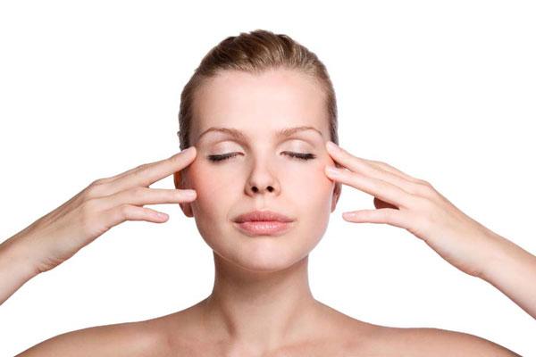 Mát xa trị nhức đầu với ghế massage toàn thân tại nhà