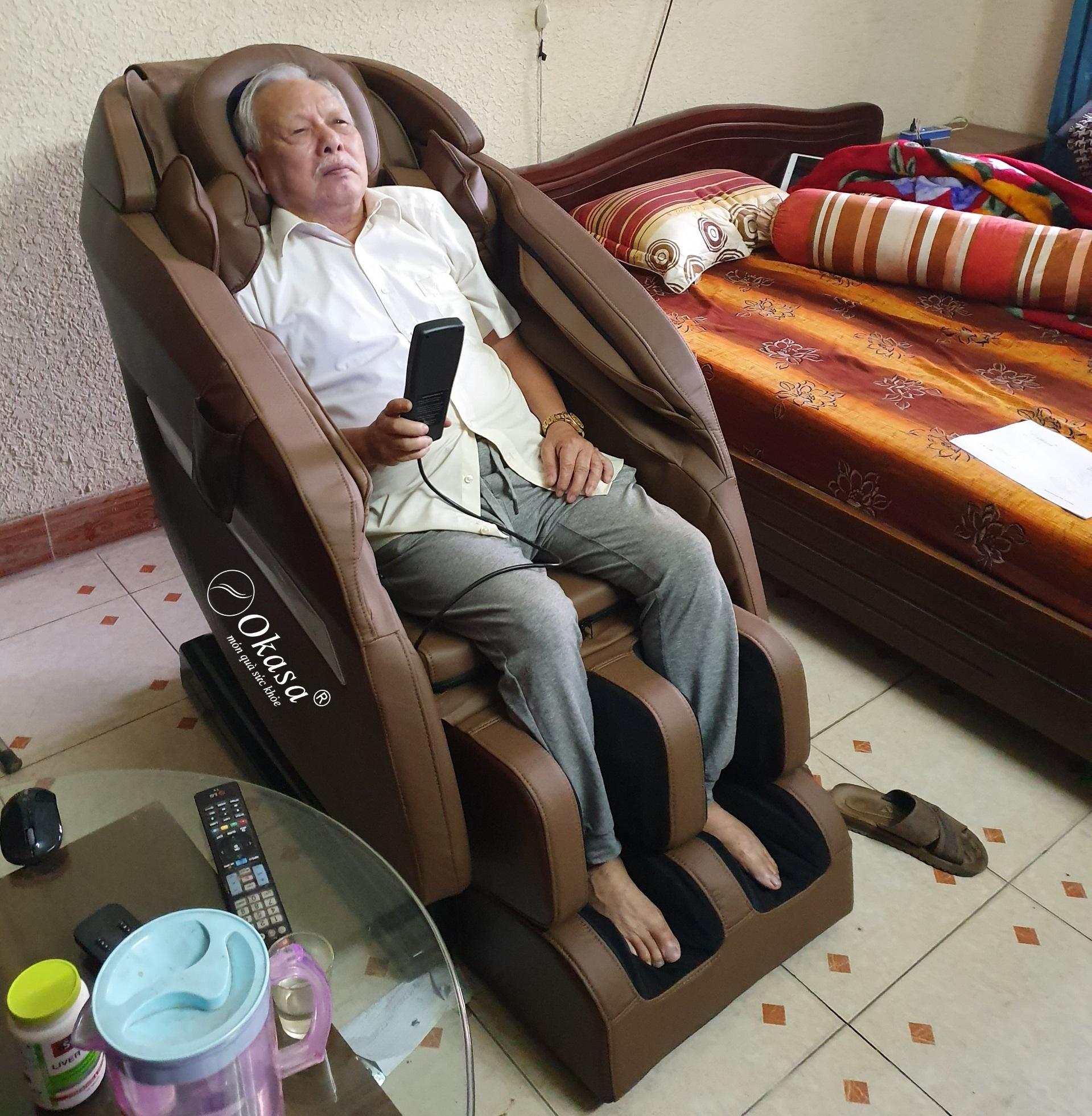 Máy massage lưng, tay, vai, gáy, toàn thân cho người già có những lợi ích gì và cách lựa chọn?