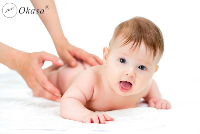 Massage cho trẻ sơ sinh, nên hay không