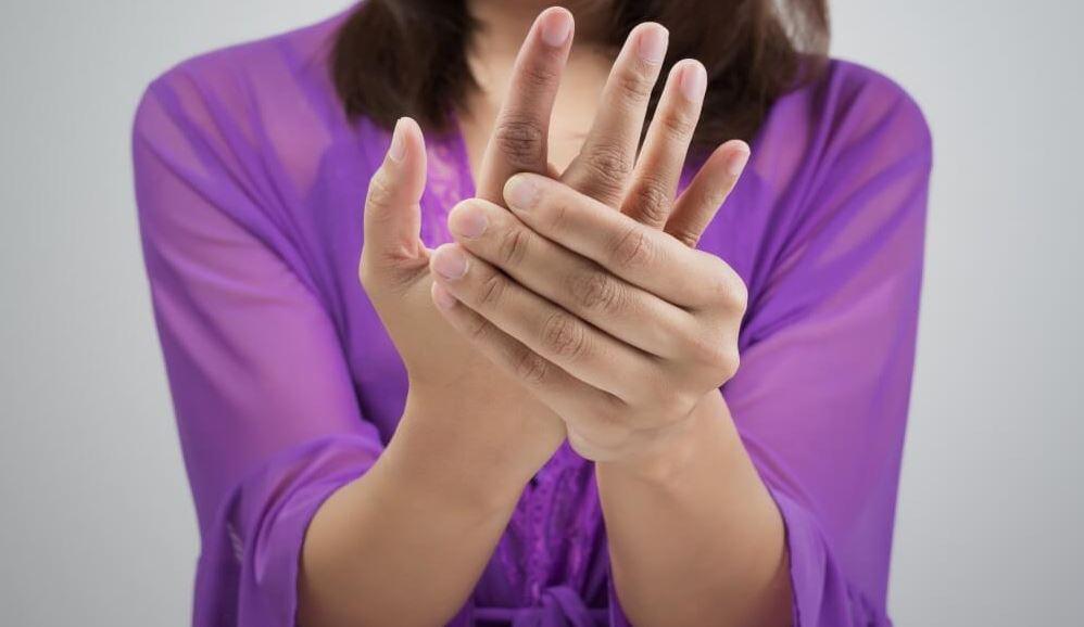 Dấu hiệu nhận biết và cách phòng tránh thoái hóa khớp tay