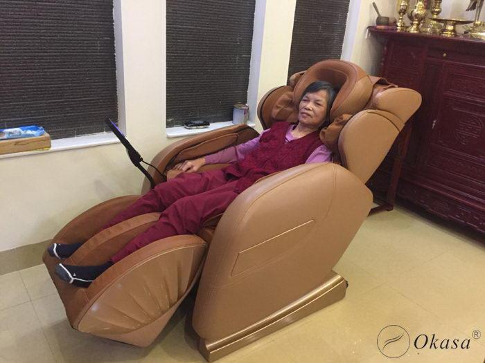 Cách chọn ghế massage toàn thân cho người người già - người cao tuổi