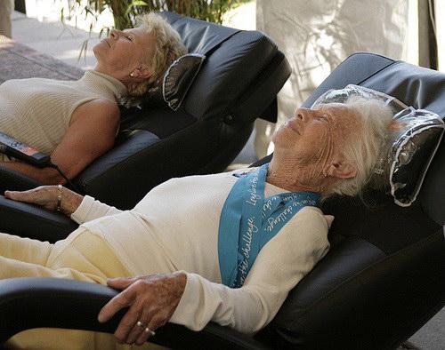 Những điểm cần lưu ý khi chọn mua ghế massage cho người già
