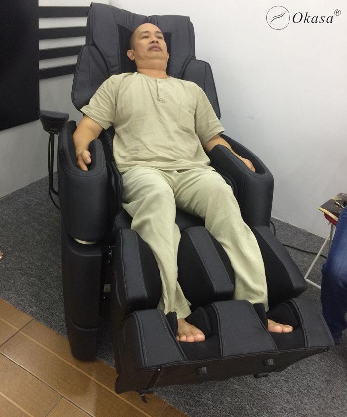 So sánh ghế nằm massage và ghế ngồi