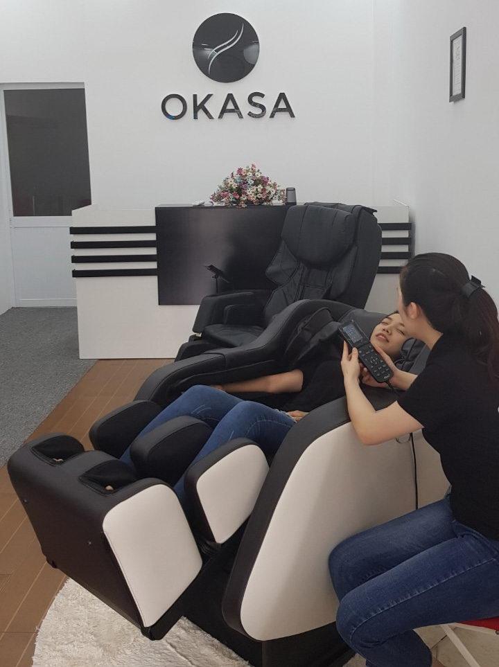 So sánh máy massage và ghế massage toàn thân